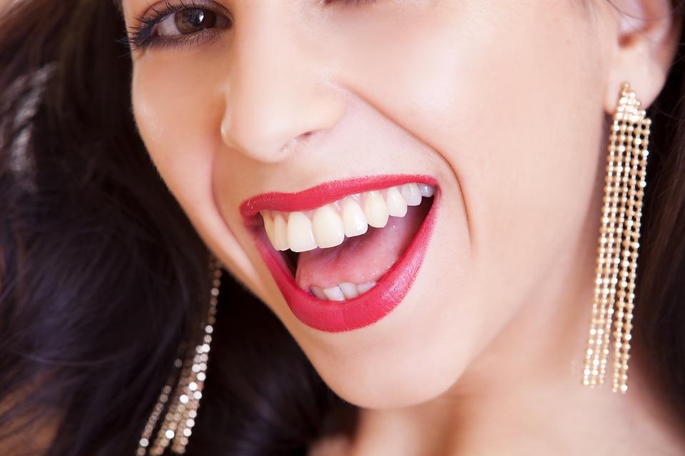 Zatoč se žlutými zuby – přírodní způsoby, jak na to!